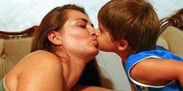 Gyermekünk szájon csókolása orvosi szempontból