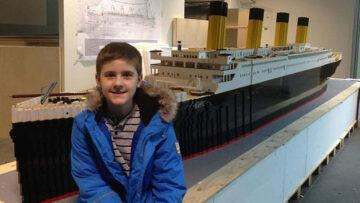 Autista kisfiú Titanic modell