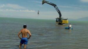 Kotrógép a tóban