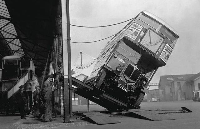 1616003973 moment proverki avtobusa double decker na vozmozhnost oprokidyvanija 1933 god