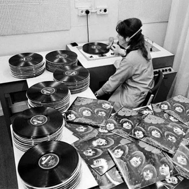 1616004330 zhenschina proslushivaet partiju plastinok the beatles v komnate kontrolja kachestva fabriki emi velikobritanija 1965 god