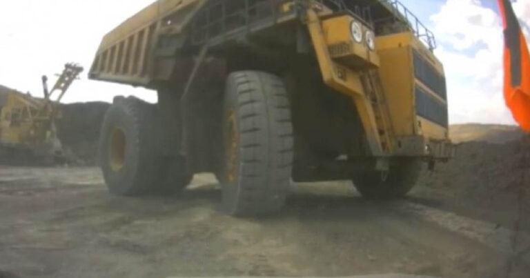 Ez történik, ha egy bányászati dömper vakfoltjába kerülsz