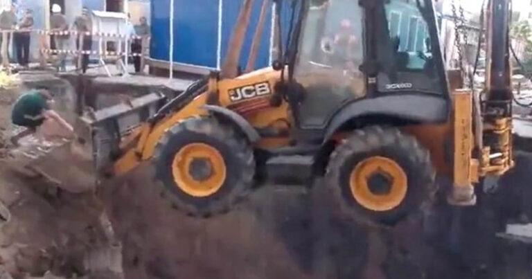 A főnök nem fog örülni: a munkások az daruskocsit és a markolót is beledobták az alapba