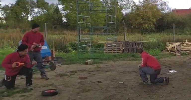 A srácok az építkezésen úgy döntöttek, hogy boxutcát építenek a talicskás kollégájuknak