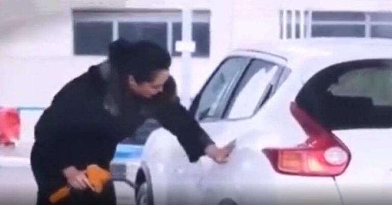 X-Aktákba illő felvétel egy benzinkútról