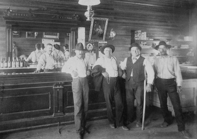 american west saloon 640x451